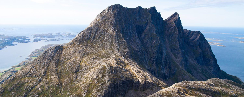Foto: Inge Ove Tysnes. Dønnmannen er en av Helgelandskystens mest spektakulære fjelltopper. Parkering kun noen kilometer fra Seløy.